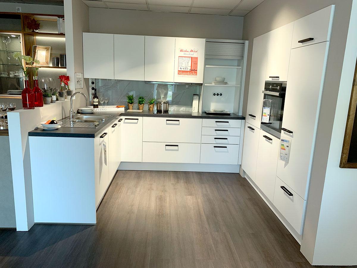 Tolle U-Küche mit strapazierfähigen Fronten mit Melaminharzbeschichtung in strahlendem Kristallweiß.